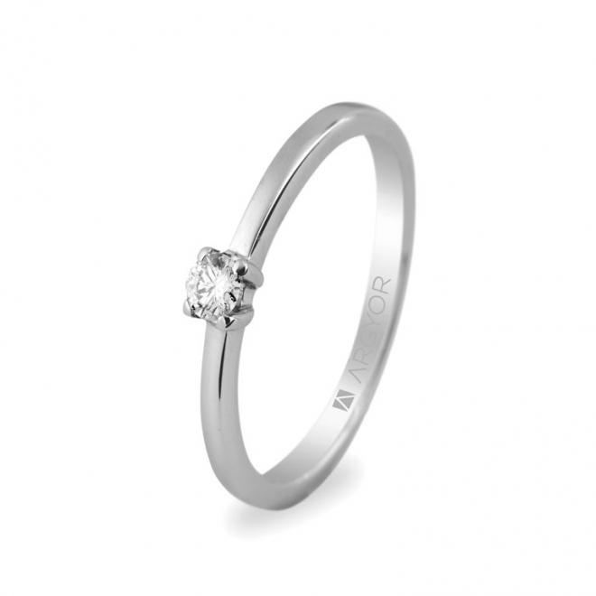 Solitario de oro blanco con diamante central talla brillante