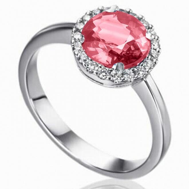 Anillo de oro blanco con rubí central talla oval y orla de diamantes